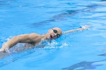Sacar la cabeza hacia la derecha para respirar cuando la mano y el brazo izquierdo estén totalmente estirados hacia adelante.